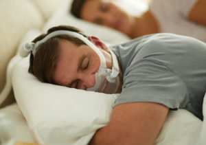 Diese Gesichtsmaske ist auch zum Schlafen geeignet. Sie umschließt Mund und Nase, spart aber das restliche Gesicht aus und lässt das Sichtfeld frei. Der Schlauch bzw. Anschluss an das CPAP bzw. den Sauerstoffkonzentrator erfolgt über das Kopfende. Mehr oder weniger störungsfreies Schlaferlebnis